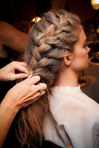 Вечерние прически с косами (5)
