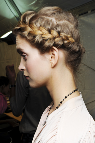 Вечерние прически с косами (3)