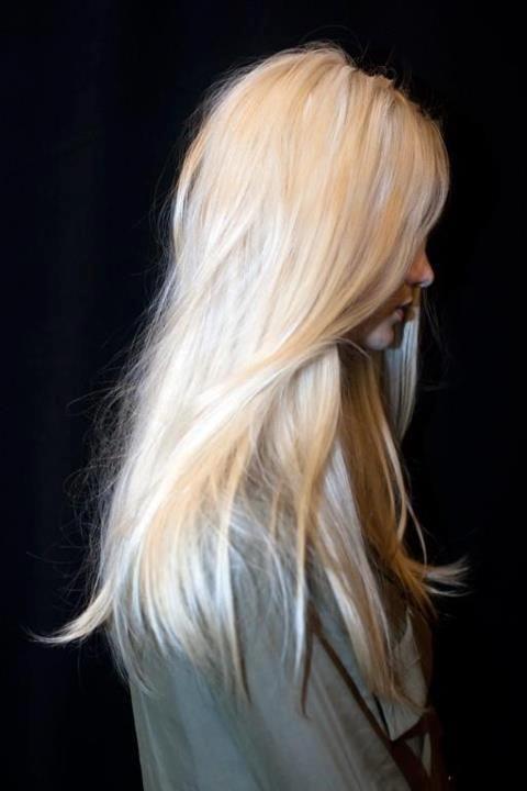 Волосы цвета молока