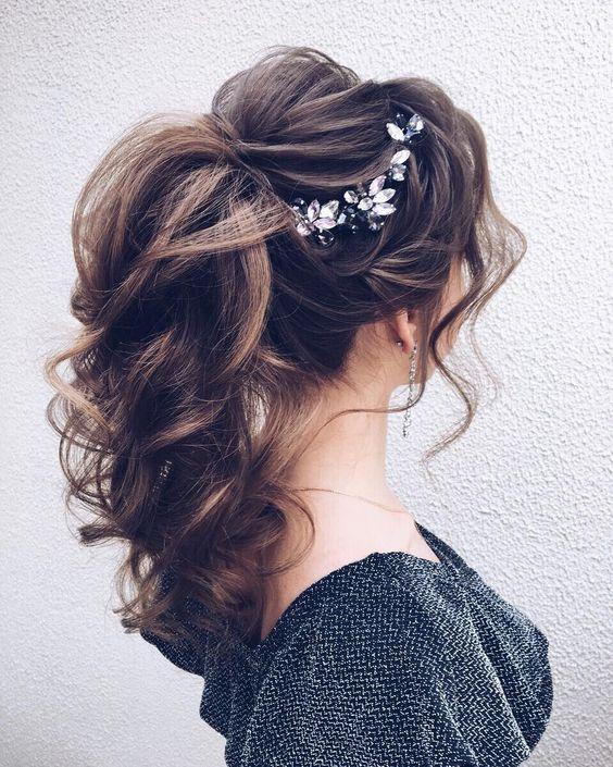 Причёски на выпускной 2021 для средних волос (11)