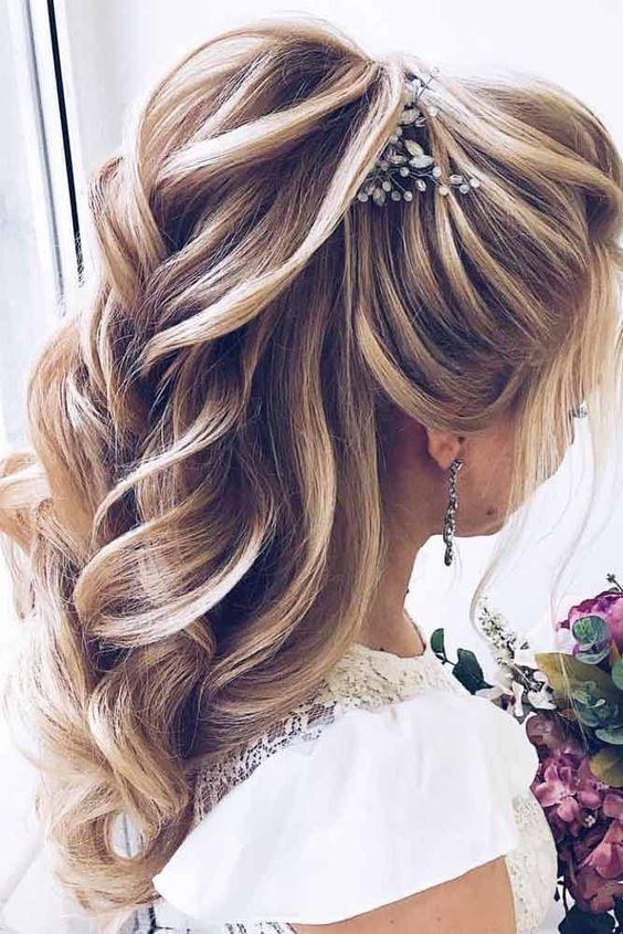 Причёски на выпускной 2021 для средних волос (3)