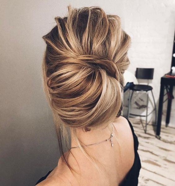 Причёски на выпускной 2019 для средних волос (23)